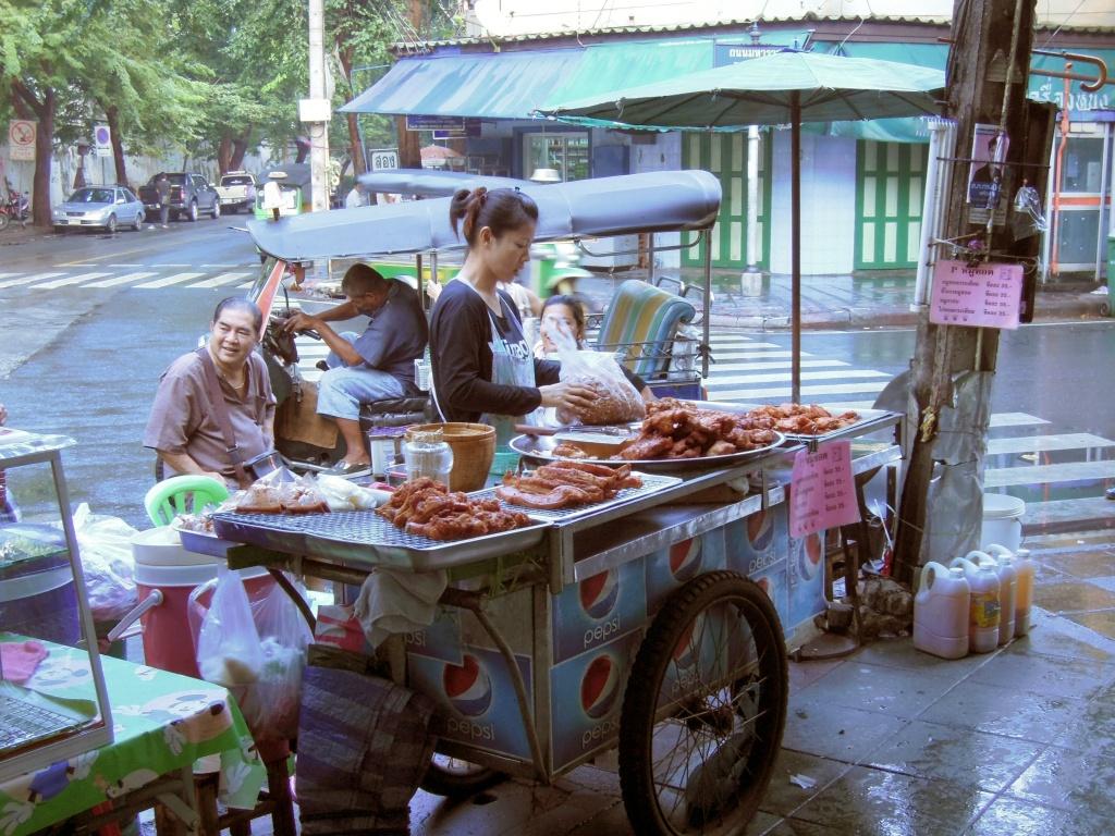 Uliczne stoisko z jedzeniem, Bangkok, fot. A. Mielczarek