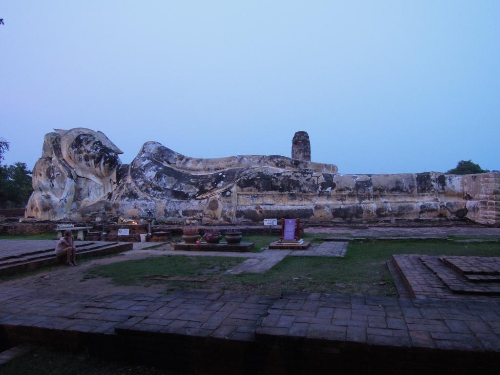 Wat Lokaya Sutharam, leżący Budda o długości 42 metrów. W tej postaci, stukrotnie powiększony, mógł przeciwstawić się demonom Rahu, fot. M. Lehrmann