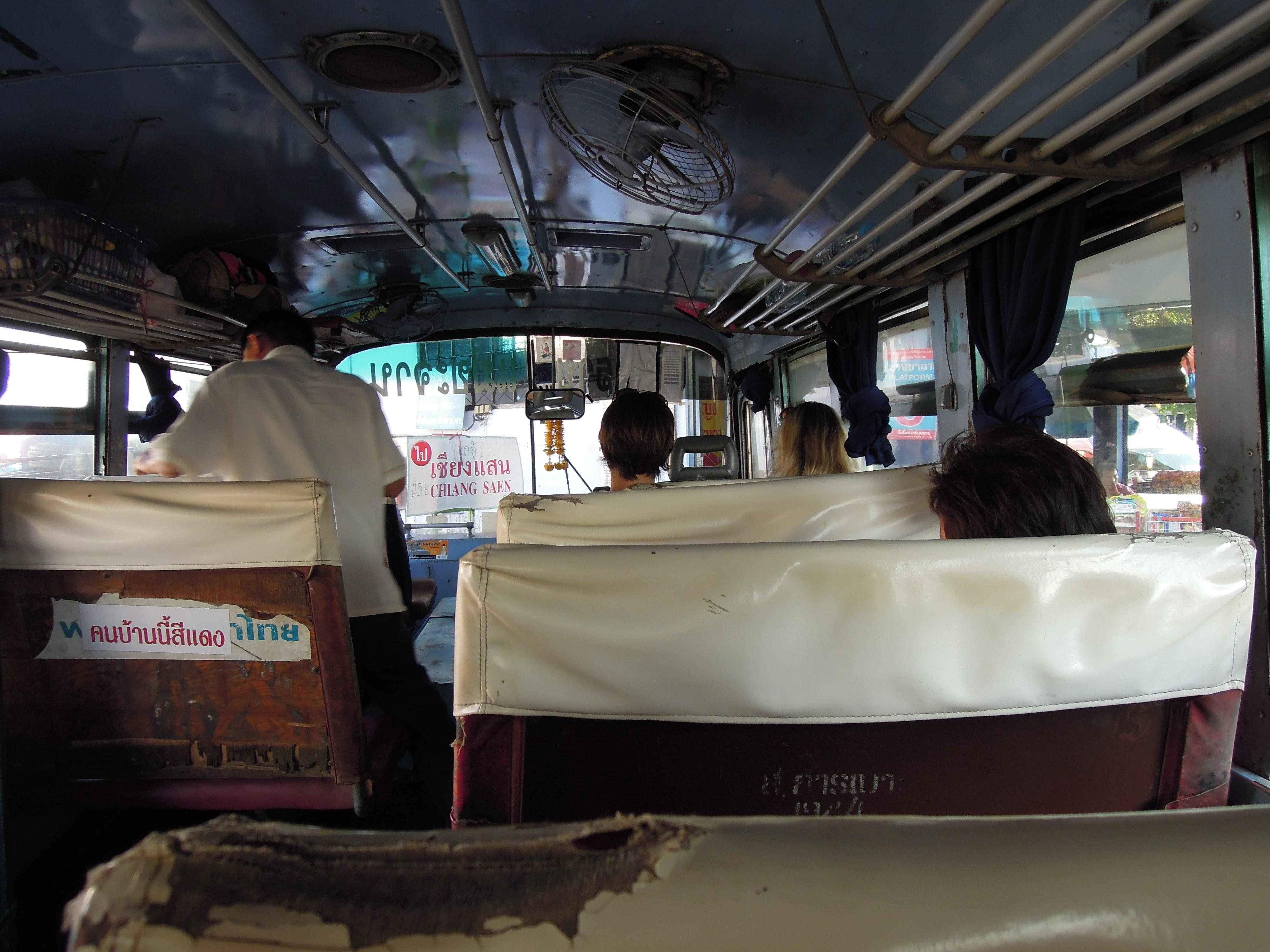 Podróż autobusem jest równie ekscytująca. Trzymaj się mocno na zakrętach, bo drzwi z pewnością pozostaną otwarte..., fot. A. Mielczarek