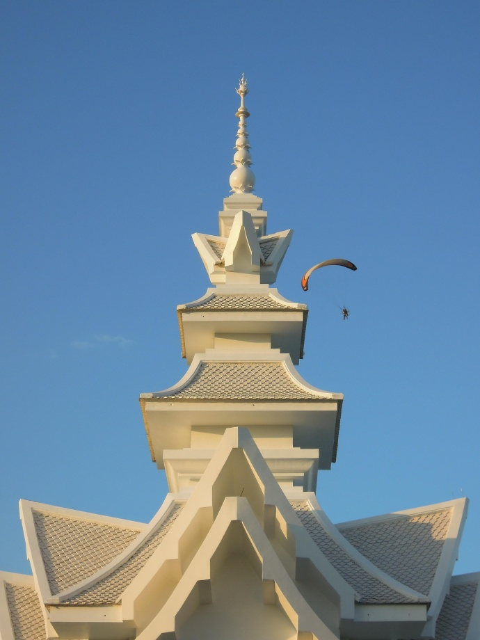 Paralotniarz nad Wat Rong Khun, niedaleko Chiang Rai. On też robił zdjęcia, fot. M. Lehrmann