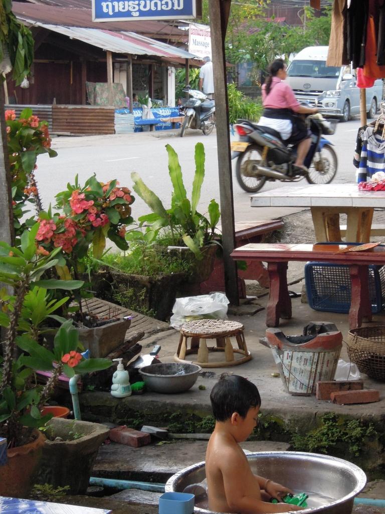 Sceny z życia nad Mekongiem, od kołyski... fot. A. Mielczarek