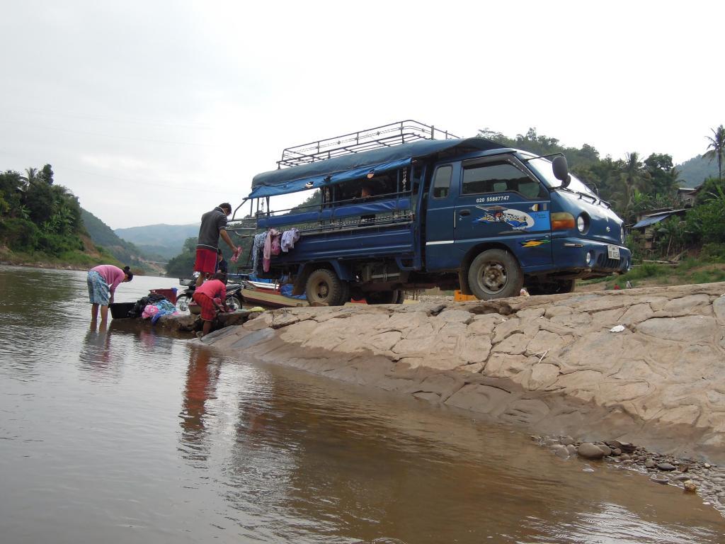 Pranie w rzece Nam Ou, zajęcie dla całej rodziny, Muang Khua, fot. A.Mielczarek
