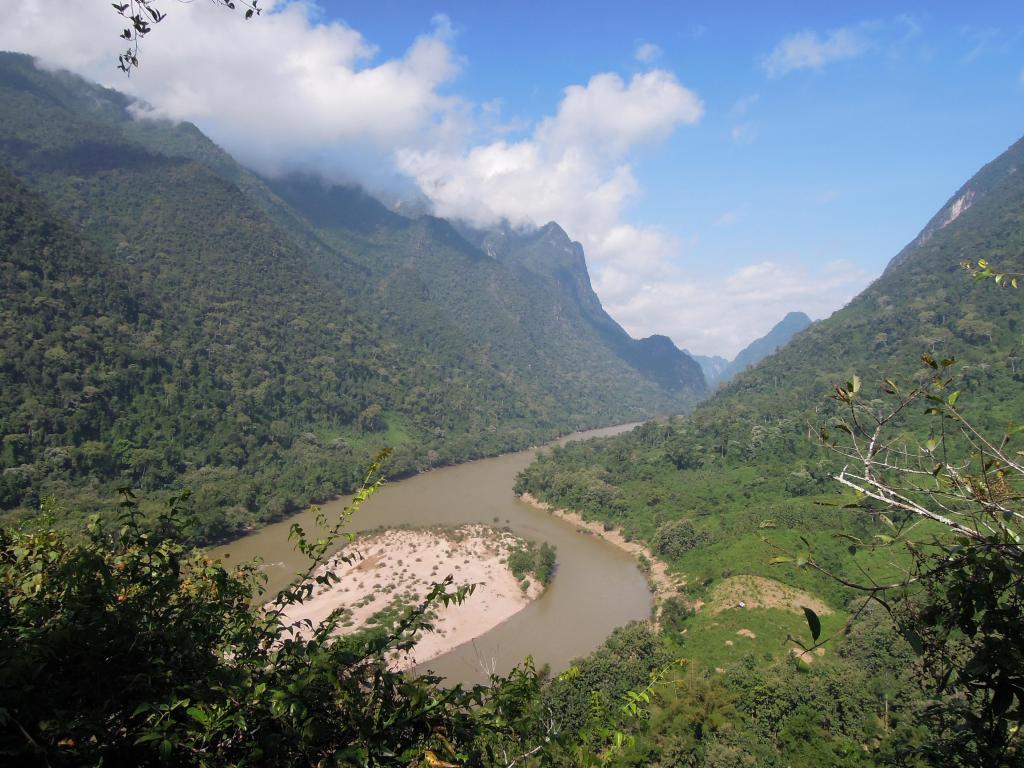 Punkt widokowy na wzgórzu w Muang Ngoi Neua, w tej samej skale znajdują się dwie bardzo ciekawe jaskinie, fot. A. Mielczarek
