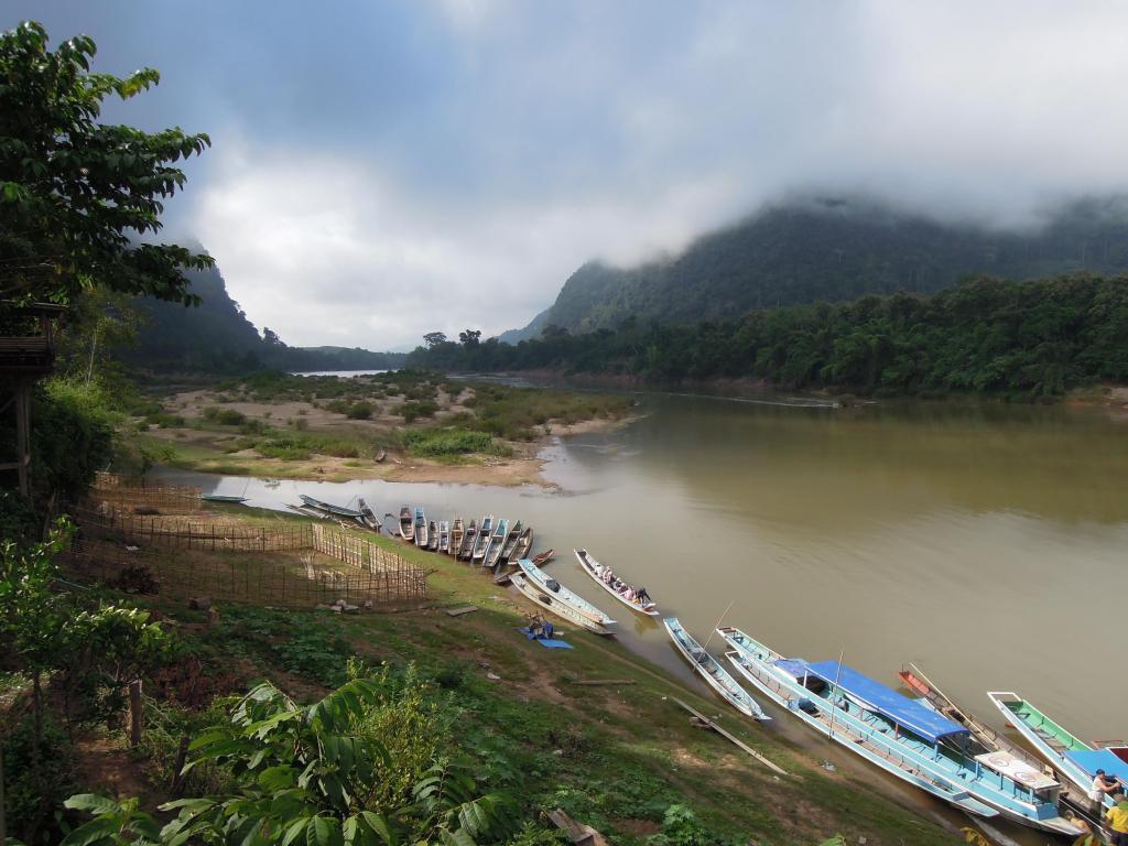 Łodzie, jedyny tutejszy środek transportu, cumują w Muang Ngoi Neua, fot. A. Mielczarek