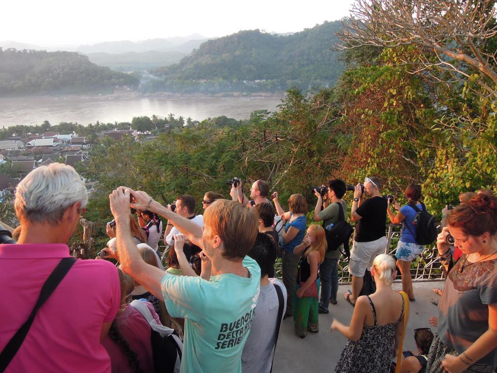 Turyści próbujący uchwycić na zdjęciu widok z Phu Si, fot. M. Lehrmann