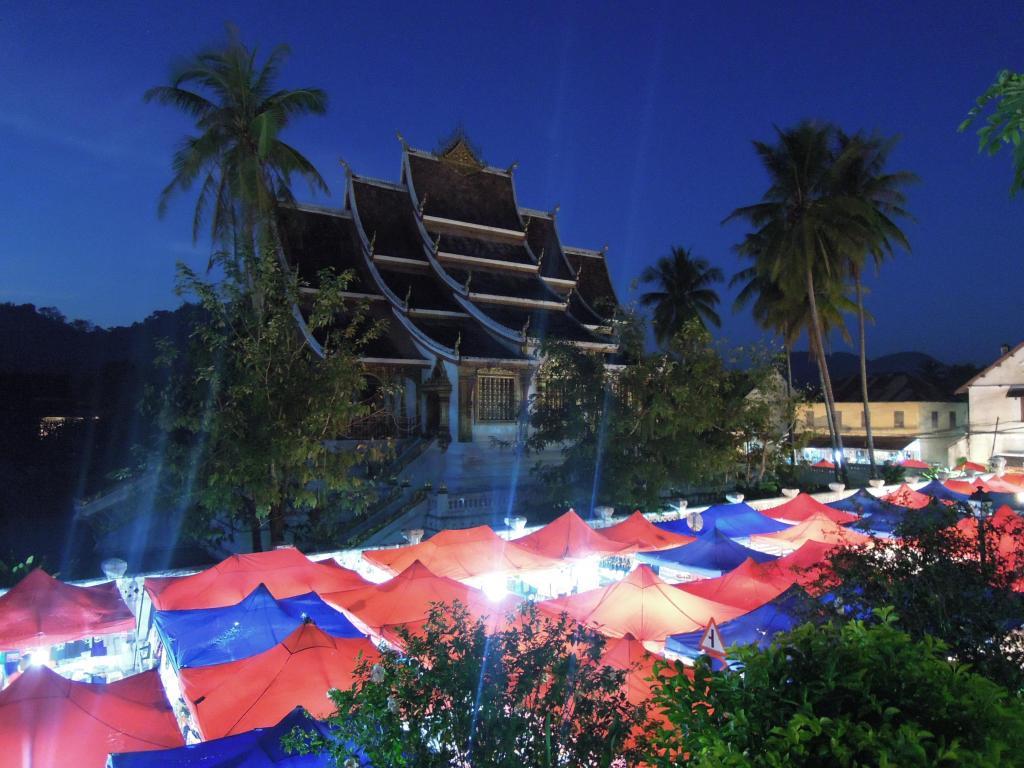 Stragany na nocnym targu, Luang Prabang, fot. M. Lehrmann