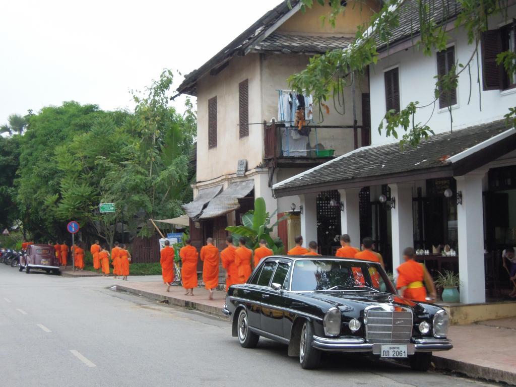 Procesja mnichów o świcie. To zdjęcie mogło być zrobione 50 lat temu. Zdaje się, że w Luang Prabang czas stoi w miejscu, fot. M. Lehrmann