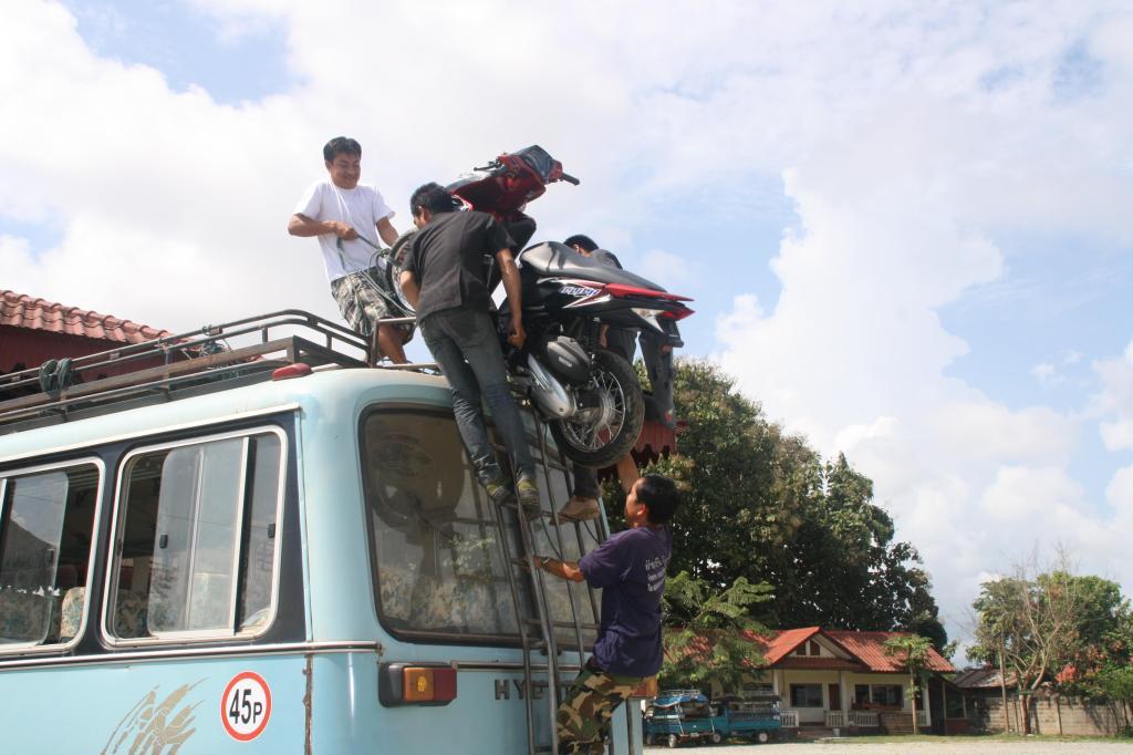 Ładowanie motocykli na autobus w Bokeo, Laos, fot. Pep Puig
