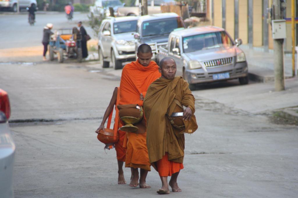 Mnisi z naczyniami, do których zbierają darowane jedzenie, Phongsali, fot. Pep Puig