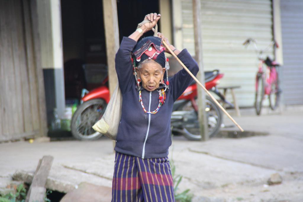 Na poranny targ w Phongsali schodzą się mieszkanki okolicznych plemiennych wiosek, by sprzedawać swoje warzywa i zioła, fot. Pep Puig