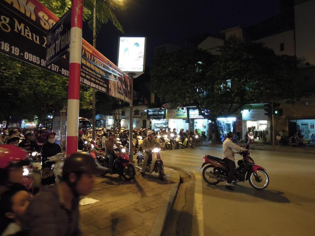 Piraci drogowi na motocyklach. Kiedy kończy się miejsce na jezdni, wjeżdżają na chodniki, więc nie raz przyprą cię do muru, Hanoi, M. Lehrmann