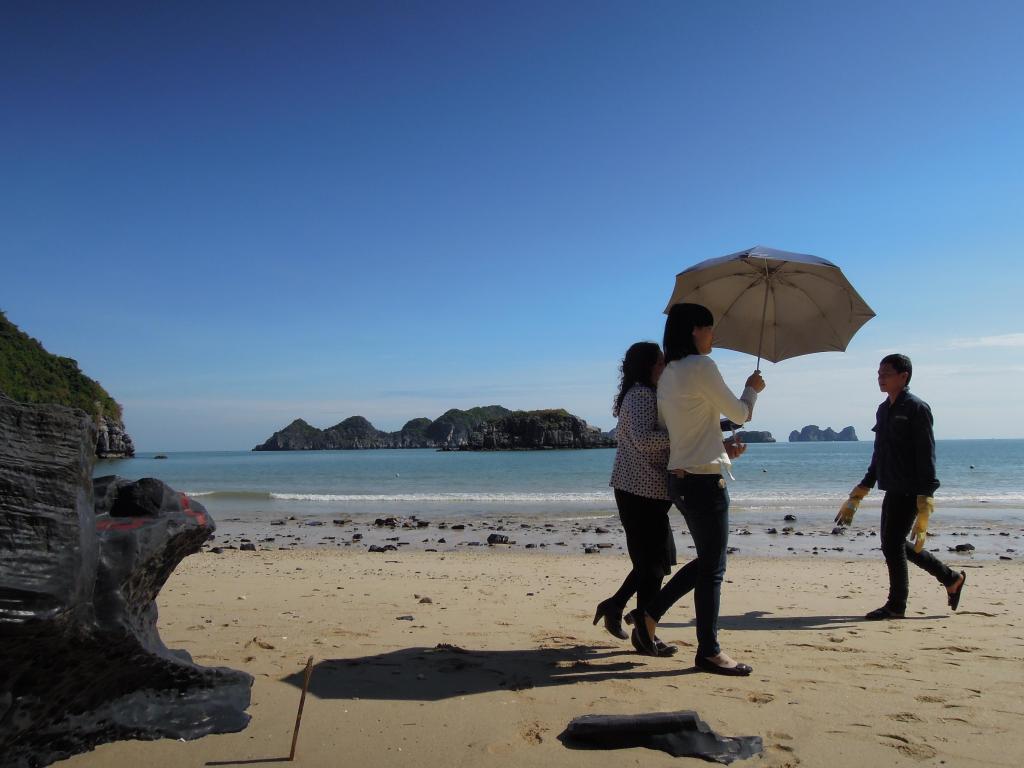 """Wietnamki chronią się przed słońcem. Często noszą też kapelusze z """"firanką"""", maski i rękawiczki, Hanoi, fot. M. Lehrmann"""