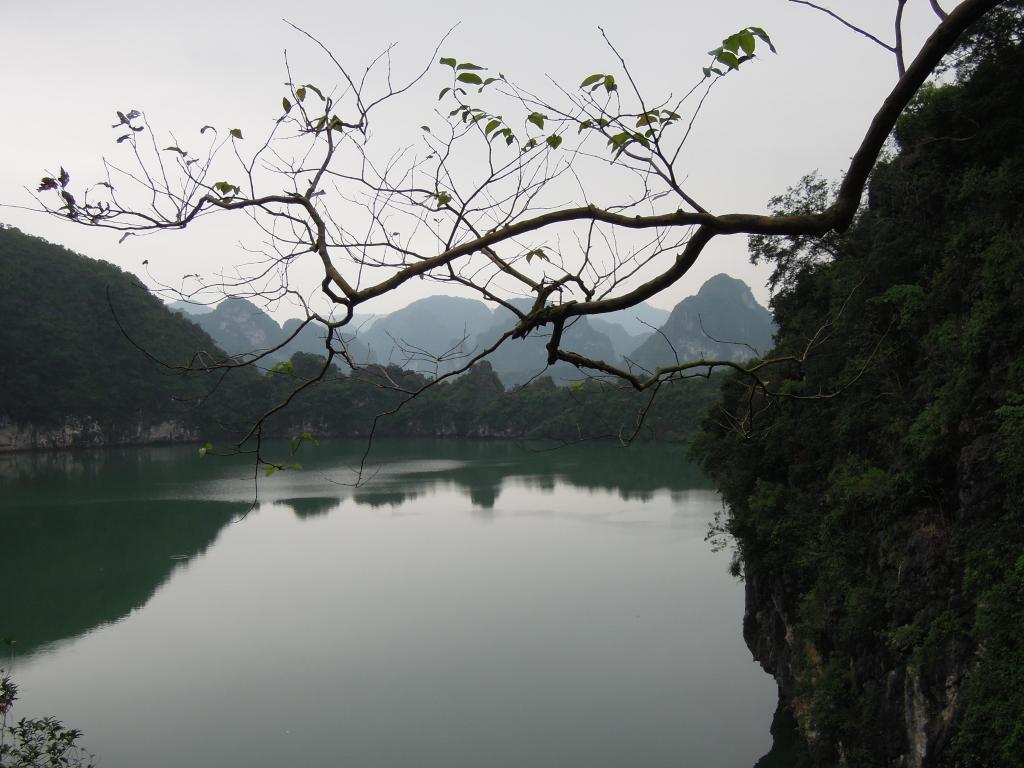 Odcięte jezioro koło jaskini Me Cung w Zatoce Ha Long, Wietnam, fot. M. Lehrmann