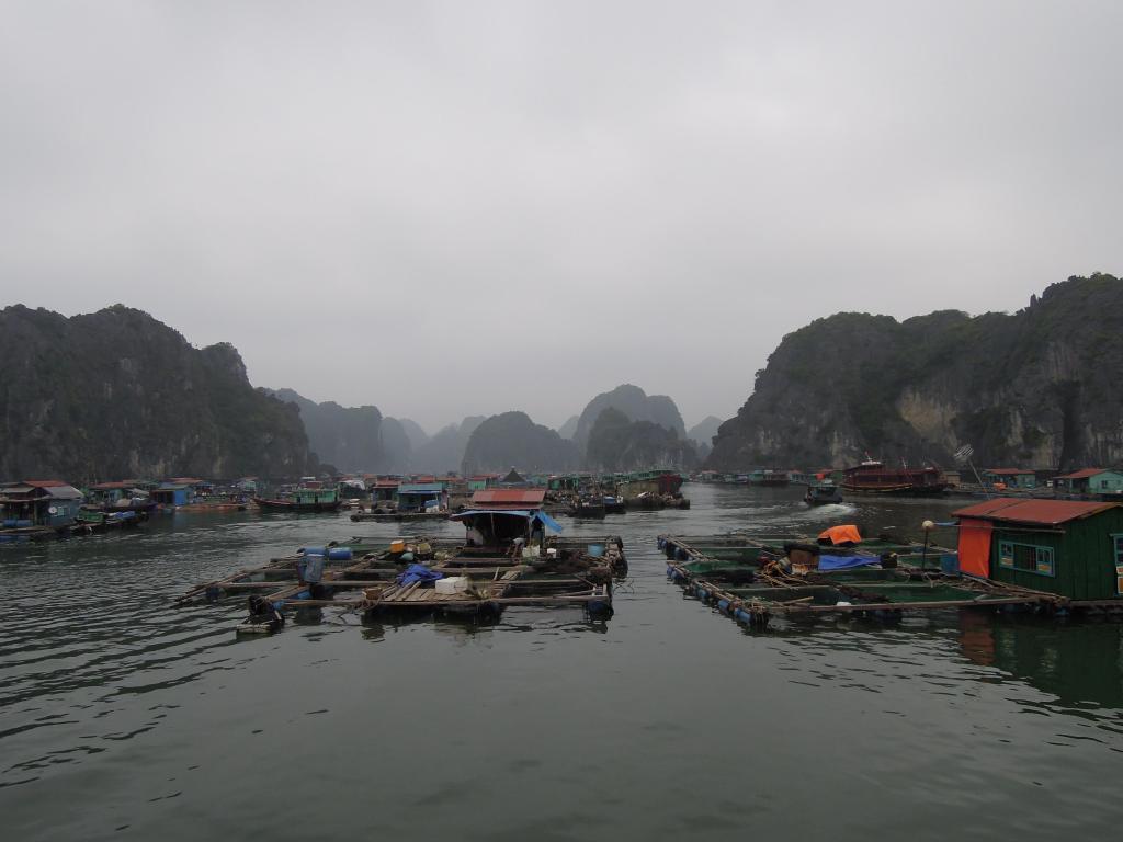 Pływająca wioska w Zatoce Ha Long, Wietnam, fot. M. Lehrmann