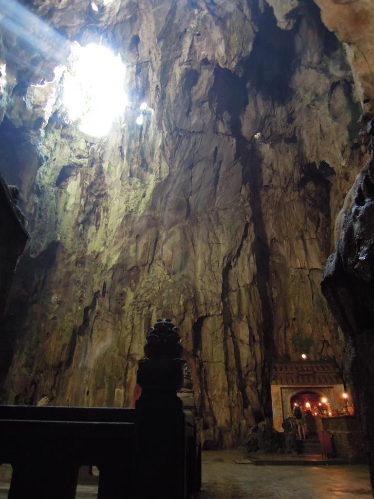 Grota-świątynia Huyen Khong, która służyła jako szpital w czasie wojny, Marmurowe Góry, fot. M. Lehrmann