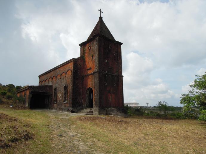 Opuszczony katolicki kościół, przez wiele lat okupowany przez Czerwonych Khmerów, Park Narodowy Bokor, fot. M. Lehrmann