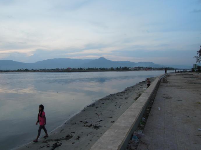 Spacer nad rzeką, Kampot, fot. M. Lehrmann