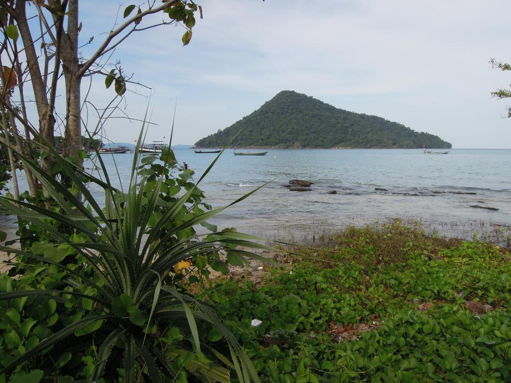 Koh Rong Samloem, w oddali wysepka Koh Koun, fot. M. Lehrmann