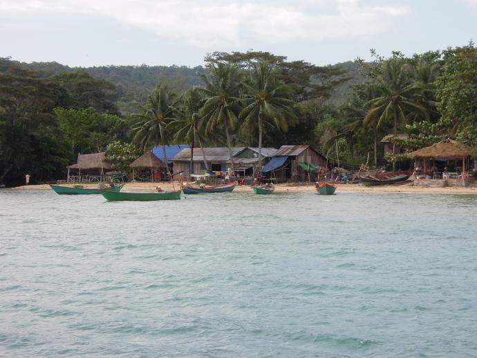 Widok na wioskę z łodzi, Koh Rong Samloem, fot. M. Lehrmann