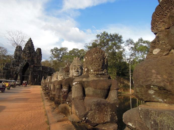 Most prowadzący do Angkor Thom zawiera 154 rzeźby, z jednej strony bogów, z drugiej demonów, trzymających gigantyczne węże, fot. M. Lehrmann
