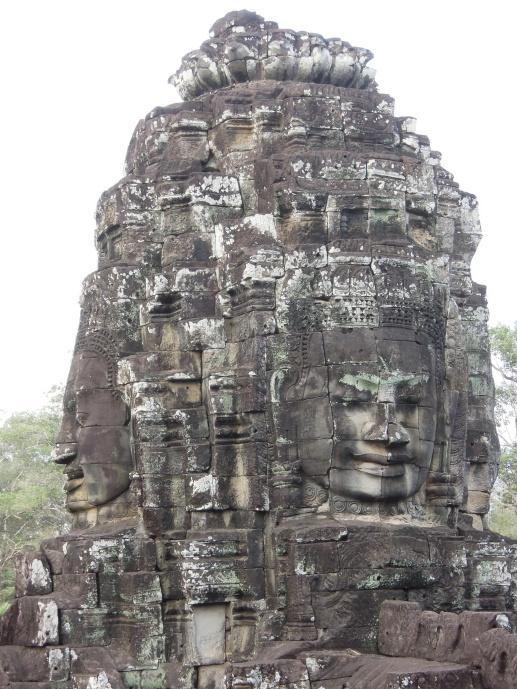 Bayon w kształcie piramidy, położona w centrum starożytnego miasta Angkor Thom, z ponad 200. tajemniczymi kamiennymi twarzami, fot. M. Lehrmann