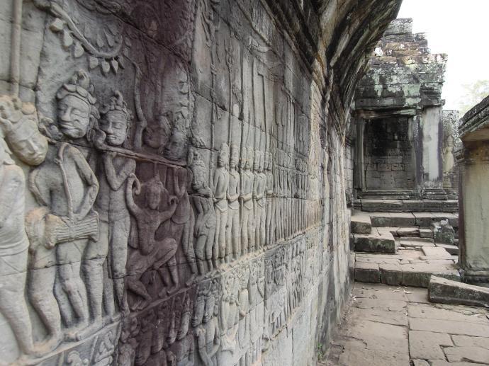 Płaskorzeźba w świątyni Bayon, w centrum postać zmysłowej tancerki Apsara, którymi to otaczali się królowie, fot. M. Lehrmann