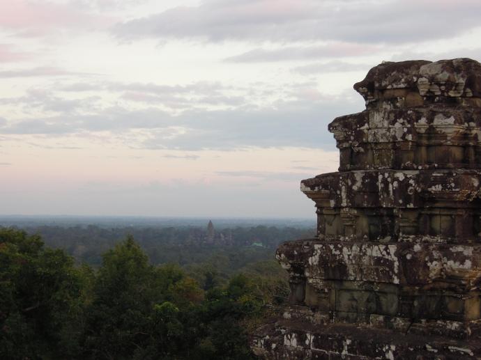 Widok ze wzgórza Phnom Bakheng, w tle Angkor Wat, fot. M. Lehrmann