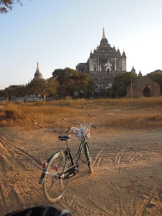 Najwyższa w Bagan Thatbyinnyu Pagoda, XII w. i nasz środek transportu, fot. M. Lehrmann