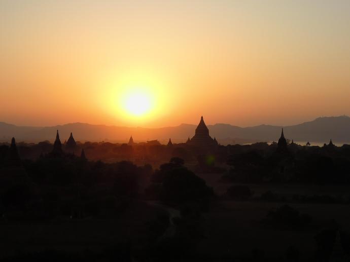 Zachód słońca maluje przepiękny obraz nad Baganem, fot. M. Lehrmann