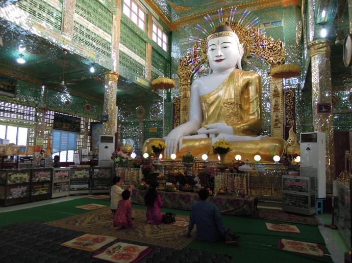 Wierni w świątyni, Sagaing, fot. M. Lehrmann