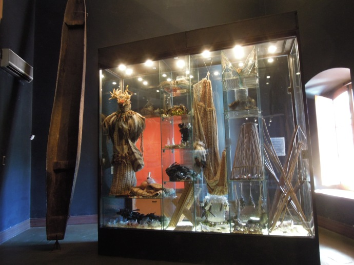 Strój szamana, czółno, hamak – wyroby rdzennych mieszkańców Paragwaju , Muzeum Kongresu, Asuncion, fot. M. Lehrmann