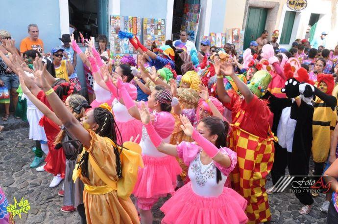 Kolorowe kostiumy, zdjęcie zamieszczamy dzięki uprzejmości organizacji Sal da Terra, http://www.saldaterra.art.br/2013/
