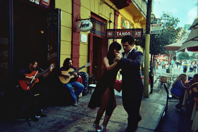 W La Boca można zobaczyć pary tańczące tango, Buenos Aires, fot. M. Lehrmann
