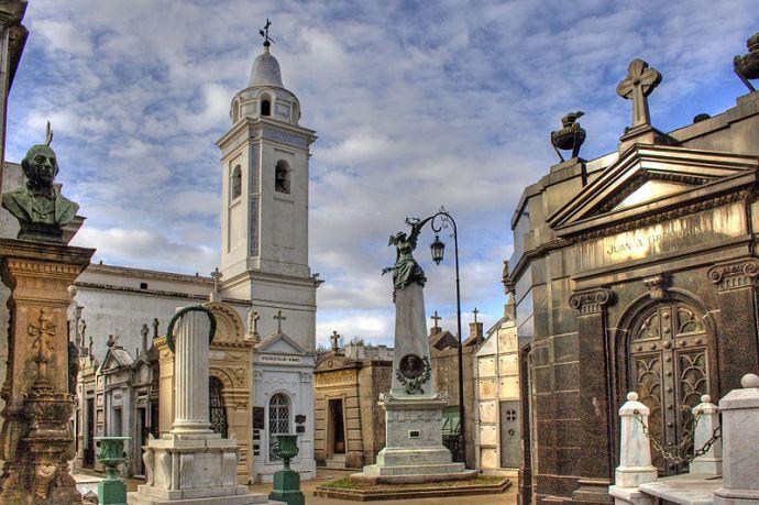 Cmentarz w dzielnicy Recoleta. Znajdują się tu groby najważniejszych i najbardziej wpływowych mieszkańców Argentyny. Nasłynniejszą osobą pochowaną na cmentarzu jest Eva Perón, fot. Wikipedia