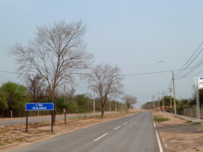 Koniec asfaltu za 100 metrów, Filadelfia, Paragwaj. Zdjęcie pochodzi ze strony pumpernickelontour.com