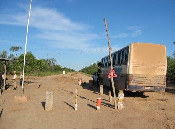 Autobus, ucieczka z paragwajskiego chaco. Zdjęcie pochodzi ze strony vanderblij.net