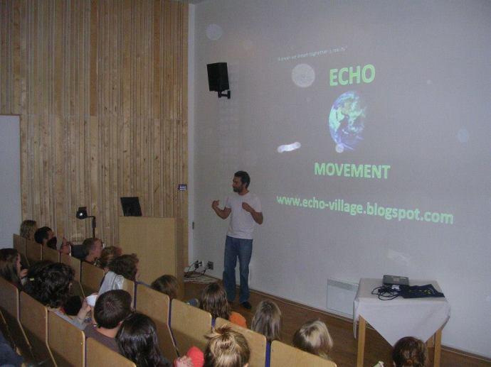 Wystąpienie na uniwersytecie, zdjęcie pochodzi z profilu Leonardo Jara na Facebooku