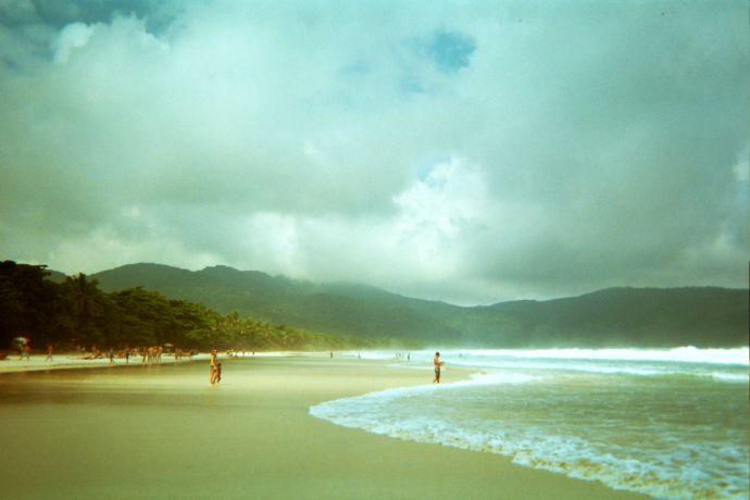 Fale rozbijają się u brzegu wyspy w regularnym, kojącym rytmie, fot. Otavio de Melo