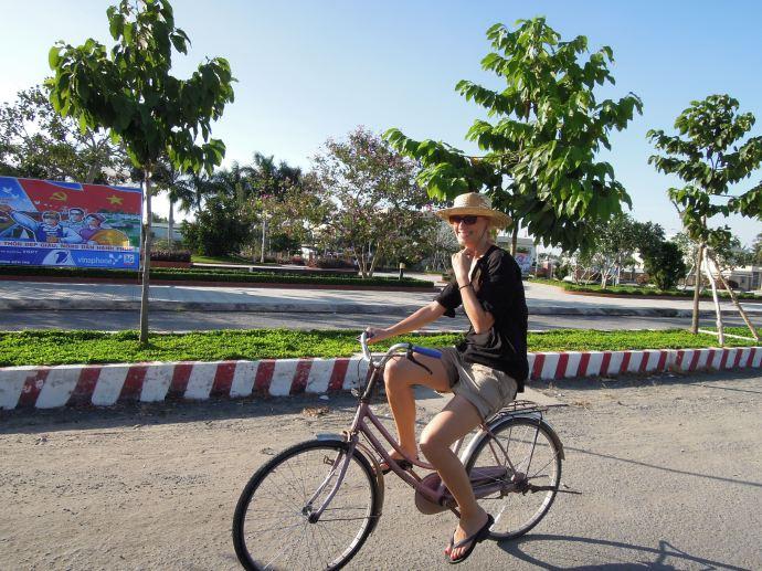 Pokonujemy trudności komunikacyjne. Za mały rower, południowy Wietnam, fot. Martin Lehrmann