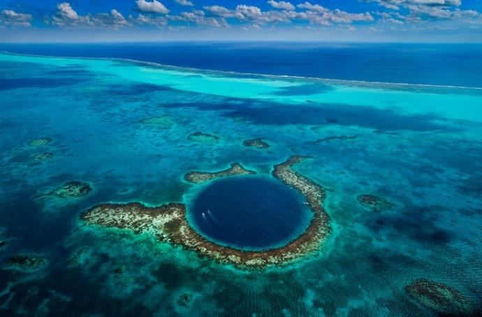 Blue Hole, czyli głęboka podwodna studnia, wyzwanie dla doświadczonych nurków, tzn. nie dla nas. Zdjęcie z lotu ptaka, pochodzi ze strony: www.visithopkinsvillagebelize.com/great-blue-hole-belize.jpg