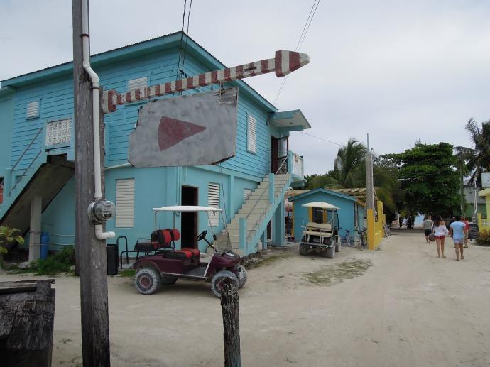 Wózki golfowe i rowery to jedyne środki transportu na wyspie, Caye Caulker, Belize, fot. M. Lehrmann