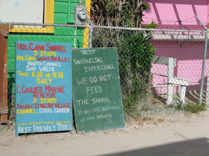 """""""Nie karmimy rekinów!"""" głosi szyld agencji oferującej wycieczki ze snorkelowaniem, Caye Caulker, Belize, fot. M. Lehrmann"""