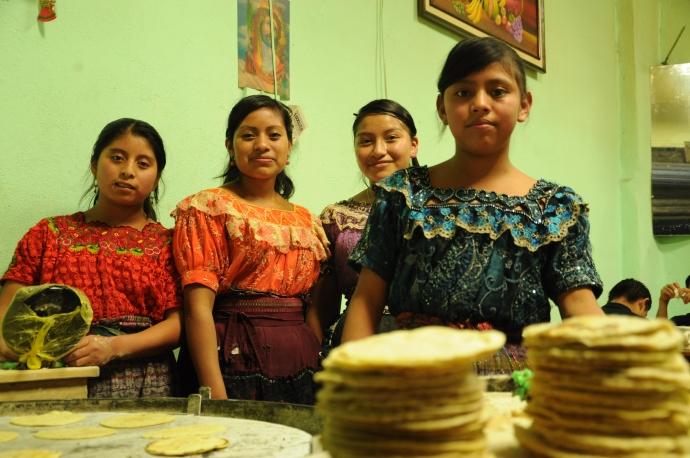 Kobiety przygotowują tradycyjne tortille, Gwatemala, fot. Ulka Kupińska