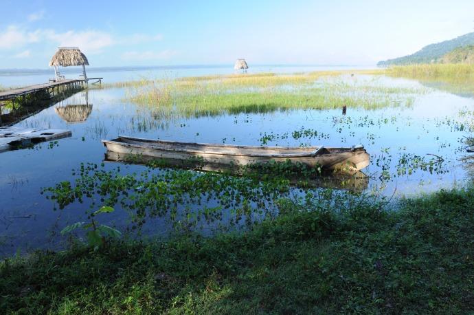 Jezioro Peten Itza, nad którym znajduje się El Remate, najbliższa Tikalu osada, Gwatemala, fot. Ulka Kupińska
