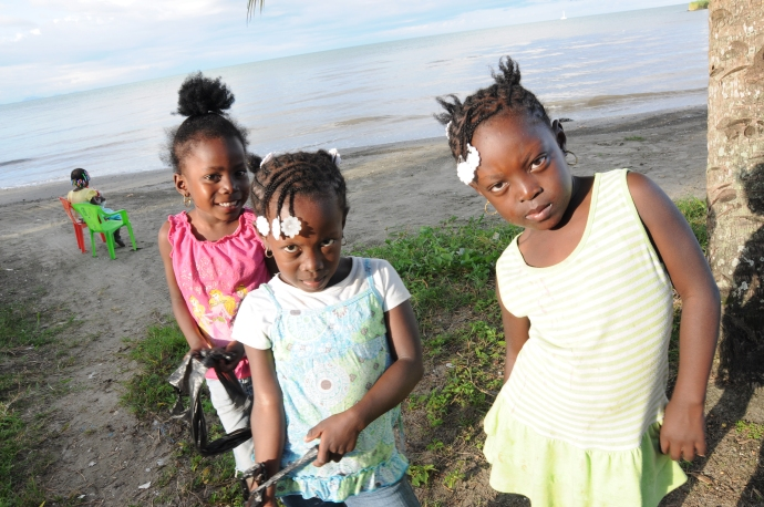 Dzieci towarzyszą nam na brudnej niestety plaży, Livingston, Gwatemala, fot. Ula Kupińska
