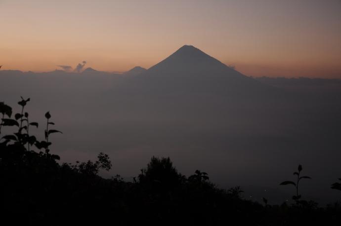 Widok na wulkan Agua z wulkanu Pacaya, Gwatemala, fot. Ula Kupińska