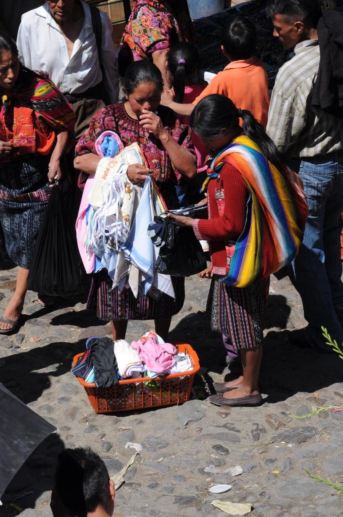 Transakcja handlowa, Chichicastenango, Gwatemala, fot. Ula Kupińska