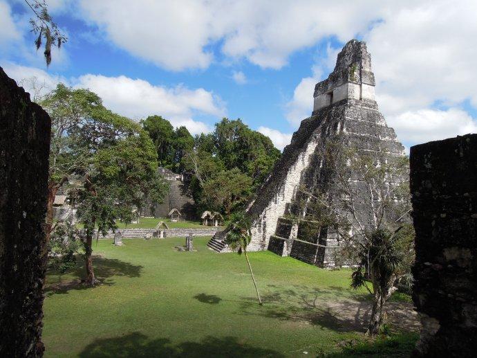 Świątynia Wielkiego Jaguara. W grobowcu znaleziono 180 przedmiotów z jadeitu, uważanego przez Majów za najcenniejszy kamień, Tikal, Gwatemala, fot. M. Lehrmann