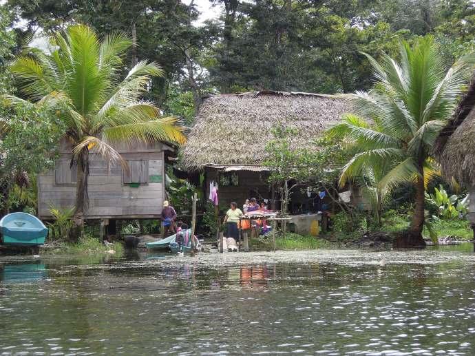 Dom na wodzie, Rio Dulce, Gwatemala, fot. M. Lehrmann
