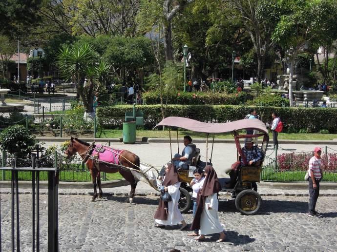 Parque Central, popularne miejsce spotkań lokalnych i turystów, Antigua, Gwatemala, fot. M. Lehrmann